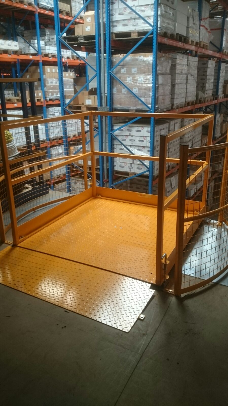 Turnable safety gate